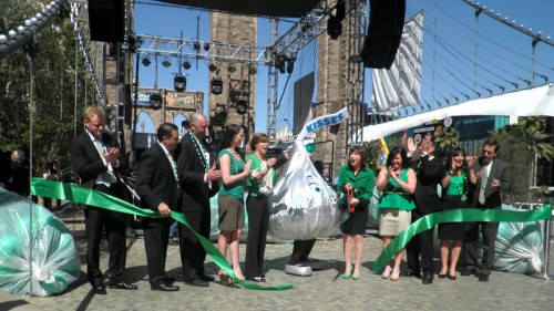 Ribbon cutting for outdoor plaza at New York-New York