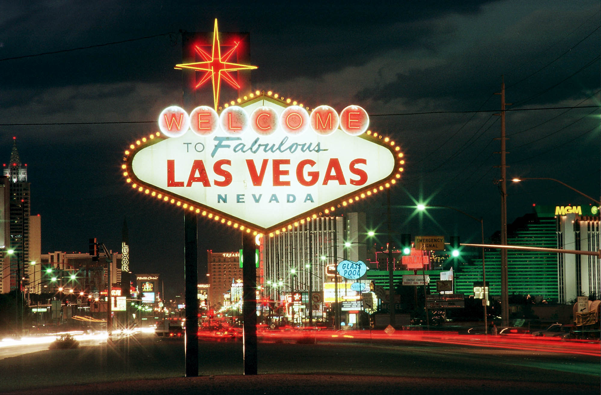 do s and don ts for the welcome to las vegas sign las vegas blogs. Black Bedroom Furniture Sets. Home Design Ideas