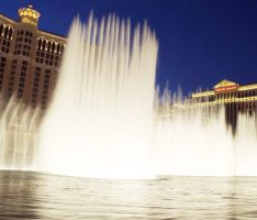 Fountains of Bellagio dazzle audiences